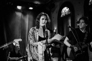 Après 20 ans de Cinq à souhaits, le FIL présentait en 2015 les fins de soirées Cabaret des Brumes, codirigées par Poètes de Brousse. Sur la photo Catherine Lalonde accompagnée du house band Mutant Thérèse. Photo Lou Scamble.